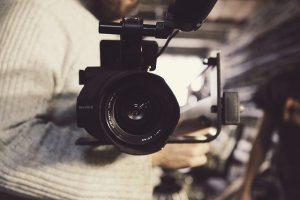 באולפן או במקום: מה מתאים למותג שלך?